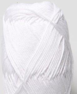 Tilda färg Vit 04 Svarta Fåret Garntorget är ett mycket populärt blandgarn med kvalitéten 50% Bomull och 50% Akryl. Dessutom mycket slitstarkt. Du kan använda Tilda-garn till att sticka allt möjligt. Till exempel mössor, koftor och babyplagg. Dessutom är garnet slitstarkt och ger dig därmed en lång hållbarhet.Tilda är ett mycket omtyckt garn som funnits i 25 år.Passar lika bra till stickning som virkning. Storlek på nystan: 50 gram= 150m. Rekommenderade stickor: 3½ mmMasktäthet: 10 x 10 cm= 26m x 35vMaskintvätt 40° skontvätt, plantorkning.