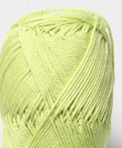 Tilda färg Lime 38 Svarta Fåret Garntorget är ett mycket populärt blandgarn med kvalitéten 50% Bomull och 50% Akryl. Dessutom mycket slitstarkt. Du kan använda Tilda-garn till att sticka allt möjligt. Till exempel mössor, koftor och babyplagg. Dessutom är garnet slitstarkt och ger dig därmed en lång hållbarhet.Tilda är ett mycket omtyckt garn som funnits i 25 år.Passar lika bra till stickning som virkning. Storlek på nystan: 50 gram= 150m. Rekommenderade stickor: 3½ mmMasktäthet: 10 x 10 cm= 26m x 35vMaskintvätt 40° skontvätt, plantorkning.