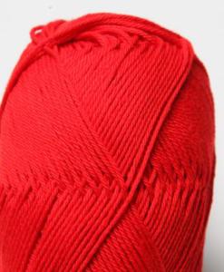 Tilda färg Röd 45 Svarta Fåret Garntorget är ett mycket populärt blandgarn med kvalitéten 50% Bomull och 50% Akryl. Dessutom mycket slitstarkt. Du kan använda Tilda-garn till att sticka allt möjligt. Till exempel mössor, koftor och babyplagg. Dessutom är garnet slitstarkt och ger dig därmed en lång hållbarhet.Tilda är ett mycket omtyckt garn som funnits i 25 år.Passar lika bra till stickning som virkning. Storlek på nystan: 50 gram= 150m. Rekommenderade stickor: 3½ mmMasktäthet: 10 x 10 cm= 26m x 35vMaskintvätt 40° skontvätt, plantorkning.