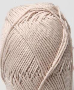 Tilda färg Ljusgrå 12 Svarta Fåret Garntorget är ett mycket populärt blandgarn med kvalitéten 50% Bomull och 50% Akryl. Dessutom mycket slitstarkt. Du kan använda Tilda-garn till att sticka allt möjligt. Till exempel mössor, koftor och babyplagg. Dessutom är garnet slitstarkt och ger dig därmed en lång hållbarhet.Tilda är ett mycket omtyckt garn som funnits i 25 år.Passar lika bra till stickning som virkning. Storlek på nystan: 50 gram= 150m. Rekommenderade stickor: 3½ mmMasktäthet: 10 x 10 cm= 26m x 35vMaskintvätt 40° skontvätt, plantorkning.