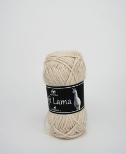 Soft Lama Oblekt-05Garntorget Svarta Fåret. Soft Lama är ett lyxigt ullgarn tillverkat av 100% babylamaull. Lamafibern är mjuk, temperaturreglerande och har en fin lyster. Soft Lama är en otroligt mjuk och behaglig kvalitét, och eftersom lamafibern anpassar sig efter kroppstemperaturen. Är plagg stickade i Soft Lama sköna att använda året om. Garnet är upplagt på 50 grams nystan om 100 meter, och stickfastheten 20 maskor på stickor nr 4 ger 10 cm. Plagg som stickas med Soft Lama tvättas i 30 graders handtvätt. Med många vackra, dova färger att välja bland kan vi nästa lova att du hittar en kulör som passar just dig.
