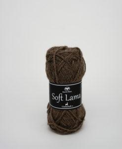 Soft Lama Mullvad-25 Garntorget Svarta Fåret. Soft Lama är ett lyxigt ullgarn tillverkat av 100% babylamaull. Lamafibern är mjuk, temperaturreglerande och har en fin lyster. Soft Lama är en otroligt mjuk och behaglig kvalitét, och eftersom lamafibern anpassar sig efter kroppstemperaturen. Är plagg stickade i Soft Lama sköna att använda året om. Garnet är upplagt på 50 grams nystan om 100 meter, och stickfastheten 20 maskor på stickor nr 4 ger 10 cm. Plagg som stickas med Soft Lama tvättas i 30 graders handtvätt. Med många vackra, dova färger att välja bland kan vi nästa lova att du hittar en kulör som passar just dig.