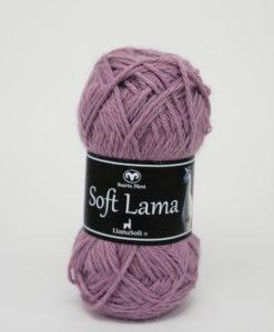 Soft Lama Ljuslila - 61 Garntorget Svarta Fåret. Soft Lama är ett lyxigt ullgarn tillverkat av 100% babylamaull. Lamafibern är mjuk, temperaturreglerande och har en fin lyster. Soft Lama är en otroligt mjuk och behaglig kvalitét, och eftersom lamafibern anpassar sig efter kroppstemperaturen. Är plagg stickade i Soft Lama sköna att använda året om. Garnet är upplagt på 50 grams nystan om 100 meter, och stickfastheten 20 maskor på stickor nr 4 ger 10 cm. Plagg som stickas med Soft Lama tvättas i 30 graders handtvätt. Med många vackra, dova färger att välja bland kan vi nästa lova att du hittar en kulör som passar just dig.