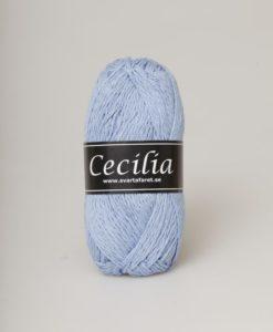 Cecilia Ljusblå - 65 är ett svalt och skönt garn i materialet bomull/viskos/lin. Perfekt sticka virka till Baby , Barn , Dam , Herr , Mössor. Cecilia kommer i en härlig blandning av 53% bomull, 33% viskos och 14% lin. Garnet har en vacker struktur och passar perfekt till lätta och luftiga plagg för våren och sommaren. Garnet är upplagt på 50 grams nystan. Om 110 meter, och stickfastheten 21 maskor på stickor nr 4 ger 10 cm. Plagg som stickas med Cecilia tvättas i 30 graders maskintvätt. Med närmare 30 färger att välja bland är det bara kreativiteten. Som sätter gränser för vad du kan skapa med detta garn.