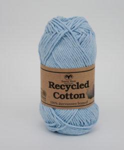 Recycled Cotton Ljusblå 72 Garntorget Svarta Fårets återvunnen bomull. Finns nu i 6st matchande fäger. Hållbarhet fortsätter att ligga i framkant av produktbeslut, varumärkesinitiativ och strategisk planering inom textilindustrin.Användningen av återvunnet material, inklusive återvunnet bomull, är ett växande ämne av intresse inom hållbarhetsparaplyet.Återvunnet bomull är inte ett nytt koncept på textil- och klädmarknaden, men som tillverkare, varumärken och återförsäljare fortsätter att utvärdera deras utbudskedjafotavtryck har intresset för återvunnet bomull ökat.