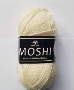 Moshi Vit - 05 Garntorget Svarta Fåret Project Newland. Ljuvligt härligt garn i 80% superwash ull blandad med 20% underbar alpacka som gör garnet mjukt och behagligt. Det passar perfekt till härliga mössor, halsdukar, tröjor, koftor och mycket annat. Som grädde på moset hjälper du till och med projekt Newland med ett bidrag på 3 kr per nystan när du köper detta garn. Ett projekt som går ut på att ge barnen i Newland Tanzania ett bättre liv, med hjälp till studier, sjukvård och mat. Hjälp barnen i byn Newland som ligger 10 km från staden Moshi i Tanzania. Vi skänker 3 kr per Moshi-nystan du köper! Ett tips är att Moshi har samma masktäthet som Baby och Tilda. Vilket betyder att du kan använda Moshi till dessa kvaliteters mönster!
