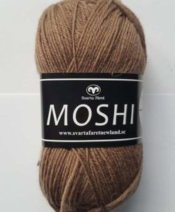 Moshi Camel - 24 Garntorget Svarta Fåret Project Newland. Ljuvligt härligt garn i 80% superwash ull blandad med 20% underbar alpacka som gör garnet mjukt och behagligt. Det passar perfekt till härliga mössor, halsdukar, tröjor, koftor och mycket annat. Som grädde på moset hjälper du till och med projekt Newland med ett bidrag på 3 kr per nystan när du köper detta garn. Ett projekt som går ut på att ge barnen i Newland Tanzania ett bättre liv, med hjälp till studier, sjukvård och mat. Hjälp barnen i byn Newland som ligger 10 km från staden Moshi i Tanzania. Vi skänker 3 kr per Moshi-nystan du köper! Ett tips är att Moshi har samma masktäthet som Baby och Tilda. Vilket betyder att du kan använda Moshi till dessa kvaliteters mönster!