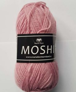 Moshi Rosa - 40 Garntorget Svarta Fåret Project Newland. Ljuvligt härligt garn i 80% superwash ull blandad med 20% underbar alpacka som gör garnet mjukt och behagligt. Det passar perfekt till härliga mössor, halsdukar, tröjor, koftor och mycket annat. Som grädde på moset hjälper du till och med projekt Newland med ett bidrag på 3 kr per nystan när du köper detta garn. Ett projekt som går ut på att ge barnen i Newland Tanzania ett bättre liv, med hjälp till studier, sjukvård och mat. Hjälp barnen i byn Newland som ligger 10 km från staden Moshi i Tanzania. Vi skänker 3 kr per Moshi-nystan du köper! Ett tips är att Moshi har samma masktäthet som Baby och Tilda. Vilket betyder att du kan använda Moshi till dessa kvaliteters mönster!