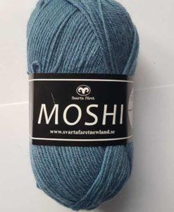 Moshi Mellanblå - 65 Garntorget Svarta Fåret Project Newland. Ljuvligt härligt garn i 80% superwash ull blandad med 20% underbar alpacka som gör garnet mjukt och behagligt. Det passar perfekt till härliga mössor, halsdukar, tröjor, koftor och mycket annat. Som grädde på moset hjälper du till och med projekt Newland med ett bidrag på 3 kr per nystan när du köper detta garn. Ett projekt som går ut på att ge barnen i Newland Tanzania ett bättre liv, med hjälp till studier, sjukvård och mat. Hjälp barnen i byn Newland som ligger 10 km från staden Moshi i Tanzania. Vi skänker 3 kr per Moshi-nystan du köper! Ett tips är att Moshi har samma masktäthet som Baby och Tilda. Vilket betyder att du kan använda Moshi till dessa kvaliteters mönster!