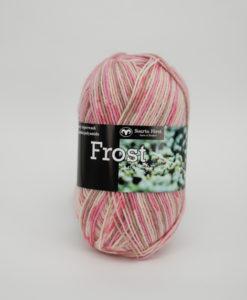 Frost Multi Rosa - 645. Garntorget Svarta Fåret 75% Superwash ull / 25% polyamid. Sticka raggsockor fingervantar, torgvantar,tröja, kofta, babytröja, damkofta, damväst,sjal, barntröja, babyfilt.Raggsocksgarnet. Frost är ett ullgarn från Svarta Fåret som är mjukt och slitstarkt och som passar utmärkt till raggsockor, mössor och kläder. Det finns i en bred färgskala av både melerade och solida färger.Raggsocksgarnet. Frost ullgarn kommer från Svarta Fåret och är ett mjukt, slitstarkt och ett värmande raggsocksgarn. Som passar utmärkt till stickade raggsockor. Blandningen med ull, som värmer och polyamid som gör att den färdiga raggsockan blir slitstark gör detta till ett perfekt raggsocksgarn. Frost från Svarta Fåret finns i en bred färgskala med många fina meleringar och printfärger. Frost raggsocksgarn blir väldigt fina i mönstringen vid färdig stickade raggsockor. Frost kan med fördel även stickas i mindre plagg till både vuxna, barn och baby. Eftersom Raggsocksgarnet Frost är så tunt är det perfekt att använda i kängor och skor.