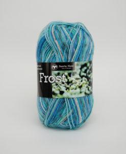 Frost Multi Mint/Blå/Rosa - 647. Garntorget Svarta Fåret 75% Superwash ull / 25% polyamid. Sticka raggsockor fingervantar, torgvantar,tröja, kofta, babytröja, damkofta, damväst,sjal, barntröja, babyfilt.Raggsocksgarnet. Frost är ett ullgarn från Svarta Fåret som är mjukt och slitstarkt och som passar utmärkt till raggsockor, mössor och kläder. Det finns i en bred färgskala av både melerade och solida färger.Raggsocksgarnet. Frost ullgarn kommer från Svarta Fåret och är ett mjukt, slitstarkt och ett värmande raggsocksgarn. Som passar utmärkt till stickade raggsockor. Blandningen med ull, som värmer och polyamid som gör att den färdiga raggsockan blir slitstark gör detta till ett perfekt raggsocksgarn. Frost från Svarta Fåret finns i en bred färgskala med många fina meleringar och printfärger. Frost raggsocksgarn blir väldigt fina i mönstringen vid färdig stickade raggsockor. Frost kan med fördel även stickas i mindre plagg till både vuxna, barn och baby. Eftersom Raggsocksgarnet Frost är så tunt är det perfekt att använda i kängor och skor.