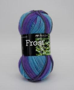 Frost Multi Blå/Beige - 646. Garntorget Svarta Fåret 75% Superwash ull / 25% polyamid. Sticka raggsockor fingervantar, torgvantar,tröja, kofta, babytröja, damkofta, damväst,sjal, barntröja, babyfilt.Raggsocksgarnet. Frost är ett ullgarn från Svarta Fåret som är mjukt och slitstarkt och som passar utmärkt till raggsockor, mössor och kläder. Det finns i en bred färgskala av både melerade och solida färger.Raggsocksgarnet. Frost ullgarn kommer från Svarta Fåret och är ett mjukt, slitstarkt och ett värmande raggsocksgarn. Som passar utmärkt till stickade raggsockor. Blandningen med ull, som värmer och polyamid som gör att den färdiga raggsockan blir slitstark gör detta till ett perfekt raggsocksgarn. Frost från Svarta Fåret finns i en bred färgskala med många fina meleringar och printfärger. Frost raggsocksgarn blir väldigt fina i mönstringen vid färdig stickade raggsockor. Frost kan med fördel även stickas i mindre plagg till både vuxna, barn och baby. Eftersom Raggsocksgarnet Frost är så tunt är det perfekt att använda i kängor och skor.