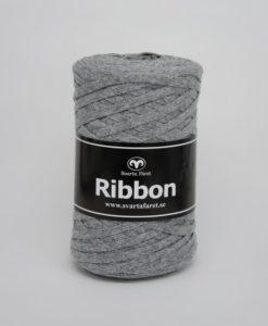 Ribbon Ribbon – 08. Garnet är ett tubgarn tillverkat av 100% återvunnen bomull. Detta är miljövänliga garn passar perfekt till att virkade interiördetaljer såsom mattor, korgar och disktrasor. Garnet är upplagt på 250 grams nystan om 130 meter. Stickfastheten 10 maskor på stickor nr 6 ger 10 cm. Plagg som virkas med Ribbon tvättas i 30 graders maskintvätt. Med massor av härliga färger att välja bland kan vi nästan lova att du mött en framtida pysselfavorit.