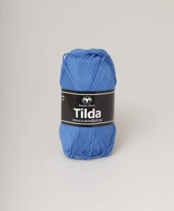 Tilda färg Kornblå - 570 Garntorget Svarta Fåret är ett mycket populärt blandgarn med kvalitéten 50% Bomull och 50% Akryl. Dessutom mycket slitstarkt. Du kan använda Tilda-garn till att sticka allt möjligt. Till exempel mössor, koftor och babyplagg. Dessutom är garnet slitstarkt och ger dig därmed en lång hållbarhet.Tilda är ett mycket omtyckt garn som funnits i 25 år.Passar lika bra till stickning som virkning. Storlek på nystan: 50 gram= 150m. Rekommenderade stickor: 3½ mmMasktäthet: 10 x 10 cm= 26m x 35vMaskintvätt 40° skontvätt, plantorkning.