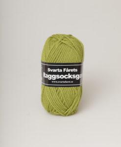 Raggsocksgarn Ljus grön - 83 är ett härligt raggsocksgarn från Svarta Fåret. Garnet är mjukt och snabbstickat och består av 70% ull och 30% Polyamid. Perfekt till Babyfilt, Pippitröja, Ragg Sockar, Mössa, Vantar. m.m.