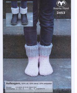 Sockor Reflexgarn - 2453 Sockor Storlek:      2-4 (6-8) 10-12 år (dam) herr Garnåtgång:  1   (2)  2        (2)   3  n.fg 1 (ljusgrå 03) Garnåtgång:  1   (2)  2        (2)   3  n.fg 2 (ljusrosa 41) Srumpstickor: Svarta Fåret 5,5 och 6 mm