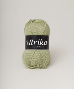 Garntorget Svarta Fåret Ulrika 100% Superwash Ull Ljusgrön - 91. Garn Ulrika är ett klassiskt mjukt ullgarn från Svarta Fåret. Ulrika är superwashbehandlat, vilket innebär att du kan tvätta dina plagg i tvättmaskinen.Tjockleken är samma som Freja, vilket innebär att man kan välja om man vill sticka/virka samma mönster i ull eller akryl. Ulrika är ett mycket mjukt och fint ullgarn från Svarta Fåret. Garnet är superwashbehandlat, vilket innebär att du kan tvätta dina stickade plagg i tvättmaskinen (30 grader ullprogram). Till Ulrika finns flera fina stickmönster och du finner de mönster som vi har i sortimentet.Sticka, Virka, Kofta, Tröja, Damslipover, Barntröja, Babyjacka,Tunika, Barnkofta, Barnkofta, Mössa, Vantar, Pippitröja, Barnkofta, Mössa, Tumvantar, Fingervantar, Baby/Barntröja, Mössa, och Sockar.