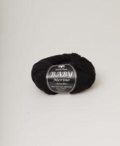 Garntorget Baby Merino Svart 01. Ett mjukt och härligt garn av 100 % Merinoull. Baby Merino är ett uppskattat garn till diverse kläder, mössor och halsdukar till både vuxna och barn. Garnalternativ till Baby Merino är enligt Svarta Fåret följande garn. (klicka på namnet för att komma till garnet): LISA 8/4 och SOFT LAMA FINE. Observera att dessa garner är av annan kvalité och när du stickar eller virkar efter mönster bör du alltid göra en provlapp innan du börjar för att se så stickfastheten blir densamma. Tänk också på att garnåtgången måste beräknas noga vid byte av garn.