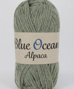"""Blue Ocean Alpaca garn från Svarta Fåret är ett fantastiskt garn med färgen Grön 82. 30% alpacka, 70% återvunnen polyester av PET, startar upp höstsäsongen med en VÄRLDSNYHET. Där du tillsammans med dina kunder, kan vara med och göra världen och inte minst världshaven fri från plastavfall. Vi på Svarta Fåret har valt sammansättningen 70% återvunnen polyester från PET-flaskor och 30% naturmaterial. För att minska avfallsproblemen med plast så effektivt som möjligt utan att äventyra garnkvaliteten i sig. Därför känns Blue Ocean Alpaca garnerna otroligt mjuka och sköna vilket gör att dina kunder får inte bara får ett fantastiskt garn utan även ett riktigt """"gott samvete"""" Båda garnkvaliteterna i 10 vackra färger. Var med och gör skillnad!"""