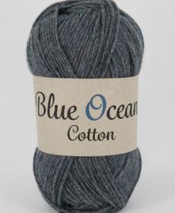 """Blue Ocean Cotton, Blålila 69. Garntorget Blue Ocean Cotton garn från Svarta Fåret är ett fantastiskt garn med färgen Blålila 69. 30% bomull, 70% återvunnen polyester av PET, startar upp höstsäsongen med en VÄRLDSNYHET. Där du tillsammans med dina kunder, kan vara med och göra världen och inte minst världshaven fri från plastavfall. Vi på Svarta Fåret har valt sammansättningen 70% återvunnen polyester från PET-flaskor och 30% naturmaterial. För att minska avfallsproblemen med plast så effektivt som möjligt utan att äventyra garnkvaliteten i sig. Därför känns Blue Ocean Cotton garnerna otroligt mjuka och sköna vilket gör att dina kunder får inte bara får ett fantastiskt garn utan även ett riktigt """"gott samvete"""" Båda garnkvaliteterna i 10 vackra färger."""