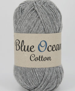 """Blue Ocean Cotton, Ljusgrå 03 - Garntorget. Blue Ocean Cotton garn från Svarta Fåret är ett fantastiskt garn med färgen Ljusgrå 03. 30% bomull, 70% återvunnen polyester av PET, startar upp höstsäsongen med en VÄRLDSNYHET. Där du tillsammans med dina kunder, kan vara med och göra världen och inte minst världshaven fri från plastavfall. Vi på Svarta Fåret har valt sammansättningen 70% återvunnen polyester från PET-flaskor och 30% naturmaterial. För att minska avfallsproblemen med plast så effektivt som möjligt utan att äventyra garnkvaliteten i sig. Därför känns Blue Ocean Cotton garnerna otroligt mjuka och sköna vilket gör att dina kunder får inte bara får ett fantastiskt garn utan även ett riktigt """"gott samvete"""" Båda garnkvaliteterna i 10 vackra färger."""