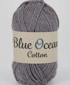 """Blue Ocean Cotton, Mauve 49 - Garntorget. Blue Ocean Cotton garn från Svarta Fåret är ett fantastiskt garn med färgen Mauve 49. 30% bomull, 70% återvunnen polyester av PET, startar upp höstsäsongen med en VÄRLDSNYHET. Där du tillsammans med dina kunder, kan vara med och göra världen och inte minst världshaven fri från plastavfall. Vi på Svarta Fåret har valt sammansättningen 70% återvunnen polyester från PET-flaskor och 30% naturmaterial. För att minska avfallsproblemen med plast så effektivt som möjligt utan att äventyra garnkvaliteten i sig. Därför känns Blue Ocean Cotton garnerna otroligt mjuka och sköna vilket gör att dina kunder får inte bara får ett fantastiskt garn utan även ett riktigt """"gott samvete"""" Båda garnkvaliteterna i 10 vackra färger."""