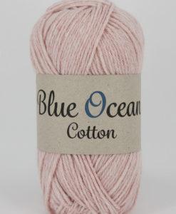 """Blue Ocean Cotton, Rosa 41. Garntorget Ocean Cotton garn från Svarta Fåret är ett fantastiskt garn med färgen Rosa 41. 30% bomull, 70% återvunnen polyester av PET, startar upp höstsäsongen med en VÄRLDSNYHET. Där du tillsammans med dina kunder, kan vara med och göra världen och inte minst världshaven fri från plastavfall. Vi på Svarta Fåret har valt sammansättningen 70% återvunnen polyester från PET-flaskor och 30% naturmaterial. För att minska avfallsproblemen med plast så effektivt som möjligt utan att äventyra garnkvaliteten i sig. Därför känns Blue Ocean Cotton garnerna otroligt mjuka och sköna vilket gör att dina kunder får inte bara får ett fantastiskt garn utan även ett riktigt """"gott samvete"""" Båda garnkvaliteterna i 10 vackra färger."""