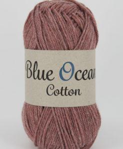 """Blue Ocean Cotton, Roströd 39 - Garntorget. Blue Ocean Cotton garn från Svarta Fåret är ett fantastiskt garn med färgen Roströd 39. 30% bomull, 70% återvunnen polyester av PET, startar upp höstsäsongen med en VÄRLDSNYHET. Där du tillsammans med dina kunder, kan vara med och göra världen och inte minst världshaven fri från plastavfall. Vi på Svarta Fåret har valt sammansättningen 70% återvunnen polyester från PET-flaskor och 30% naturmaterial. För att minska avfallsproblemen med plast så effektivt som möjligt utan att äventyra garnkvaliteten i sig. Därför känns Blue Ocean Cotton garnerna otroligt mjuka och sköna vilket gör att dina kunder får inte bara får ett fantastiskt garn utan även ett riktigt """"gott samvete"""" Båda garnkvaliteterna i 10 vackra färger."""