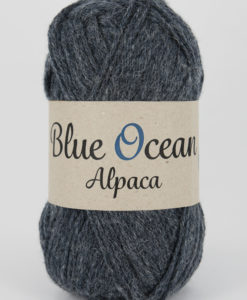 """Blue Ocean Alpaca garn från Svarta Fåret är ett fantastiskt garn med färgen Denimblå 68. 30% alpacka, 70% återvunnen polyester av PET, startar upp höstsäsongen med en VÄRLDSNYHET. Där du tillsammans med dina kunder, kan vara med och göra världen och inte minst världshaven fri från plastavfall. Vi på Svarta Fåret har valt sammansättningen 70% återvunnen polyester från PET-flaskor och 30% naturmaterial. För att minska avfallsproblemen med plast så effektivt som möjligt utan att äventyra garnkvaliteten i sig. Därför känns Blue Ocean Alpaca garnerna otroligt mjuka och sköna vilket gör att dina kunder får inte bara får ett fantastiskt garn utan även ett riktigt """"gott samvete"""" Båda garnkvaliteterna i 10 vackra färger."""