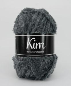 Kim Grå - 08. Garntorget Kim är ett pälsliknande garn i en härlig blandning av 93% polyamid och 7% polyester garnet är fantastiskt mjukt. Och passar perfekt när du är ute efter en pälsliknande känsla i dina plagg. Kim är upplagt på 50 grams nystan om 70 meter, och stickfastheten 17 maskor på stickor nr 4.5 ger 10 cm. Kim Rosa - 40. Garntorget Kim är ett pälsliknande garn i en härlig blandning av 93% polyamid och 7% polyester garnet är fantastiskt mjukt. Och passar perfekt när du är ute efter en pälsliknande känsla i dina plagg. Kim är upplagt på 50 grams nystan om 70 meter, och stickfastheten 17 maskor på stickor nr 4.5 ger 10 cm. Plagg som stickas med Kim maskintvättas i 30 graders ullprogram. Med flera spännande färger att välja bland kan vi nästan lova att du hittar en kulör som passar ditt projekt.