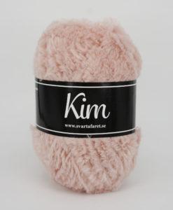 Kim Rosa - 40. Garntorget Kim är ett pälsliknande garn i en härlig blandning av 93% polyamid och 7% polyester garnet är fantastiskt mjukt. Och passar perfekt när du är ute efter en pälsliknande känsla i dina plagg. Kim är upplagt på 50 grams nystan om 70 meter, och stickfastheten 17 maskor på stickor nr 4.5 ger 10 cm. Plagg som stickas med Kim maskintvättas i 30 graders ullprogram. Med flera spännande färger att välja bland kan vi nästan lova att du hittar en kulör som passar ditt projekt.