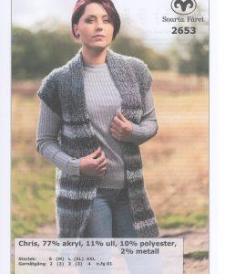 Chris Långväst 2653 Svarta Fåret Garntorget. Härliga stickmönster raggsockor, tumvantar, tröja, kofta, pippitröja, halsdukspole, mössa, sockor, öronlappsmössa, benvärmare, 77% akryl, 11% ull, 10% polyester, 2% metallpolyester. Storlek:  S (M) L (XL) (XXL) Plaggets mått Bröstvidd: 94 (102) 110 (118) 126 cm Hel Längd: 70 (72) 74 (76) 78 cm Garnåtgång: 2 (3) 3 (3) 4 n.fg 01 (gråmelerad) Rundsticka: Svarta Fåret 10 mm, 80 cm