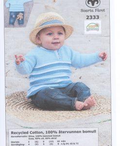 Babytröja Cotton - 2333 - Garntorget Recycled Cotton Babytröja i ett stycke 100% återvunnen bomull garntorget. Storlek:           3 (6) 9 (12) 18 månader Plaggets mått. Bröstvidd:          48 (52) 56 (60) 64 cm Hel längd:          27 (29) 31 (33) 37 cm Ärmlängd: 13 (15) 17 (19) 21 cm Garnåtgång:         1 (1)  1 (1) 2 n.fg 1 (blå 65) 1 (1) 1 (1) 2 n.fg 2 (vit 04) 2 (3) 3 (4) 4 n.fg 3 (ljusblå 72) Stickor: Svarta Fåret 5 mm Rundstickor: Svarta Fåret 5 mm 40 cm
