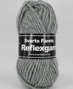 Reflexgarn Grå - 09 Garntorget 52% ull, 33% akryl, 15% reflekterande garn . Nytt härligt supermjukt Reflexgarn! Efter en lång och varm sommar börjar det kanske klia lite i handarbetsfingrarna igen? Förra hösten var en riktig dundersuccé gällande reflexgarner så det är med glädje vi nu lanserar vår nya kvalitet 8st färger. Reflexgarn. Svarta Fårets Reflexgarn är ett supermjukt och värmande garn som är perfekt till stickade och virkade accessoarer i höst- & vintermörkret.