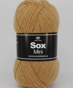 Sox Mini Senap 134 75% Superwash Ull 25% Polyamid Garntorget Svarta Fåret Ett riktigt gott nytt härligt sockgarn. Som väl lämpar sig även till andra plagg. Använd gärna Frost mönster. Sticka sockar i SOX MINI, en tunn kvalité .