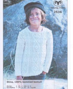 Barntröja Stina 8/8 Flätstickad – 2536 Det är ett användbart garn i många färger. Tjockleken är samma som Freja, så där kan man välja om man vill sticka sitt mönster i ull eller akryl.Härligt garn till, Mössa, Vantar, Kofta Pippitröja, Baby/Barntröja, Mössa, Sockor och Barnjacka m.m. Stick, Virkmönster, Disktrasa, Grytlapp, Babyfilt, Virkad Katt, Virkad Hund, Kudde Damkofta. Storlek: 4 (6) 8 (10) 12 år Plaggets mått. Bröstvidd: 70 (74) 78 (85) 92 cm. Hel längd: 42 (45) 48 (51) 54 cm Ärmlängd; 28 (31) 34 (37) 40 cm Garnåtgång: 7 (8) 8 (9) 10 n.fg 05 (oblekt) Stickor; Svarta Fåret 4 och 5 mm + flätsticka Virknål: Svarta Fåret 4 mm (till halsringen) Tillbehör: 2 knappar