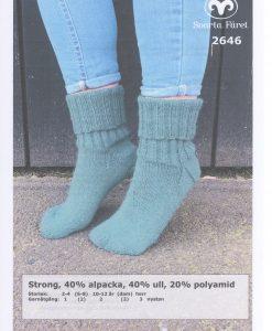 Strong Sockor 2646 Garntorget 40% alpacka 40% ull 20% polyamid Sockor Garntorget Storlek:           2-4 (6-8) 10-12 år (dam) (herr) Garnåtgång:         1  (2)  2 (2) 3 nystan Strumpstickor: Svarta Fåret 3 mm