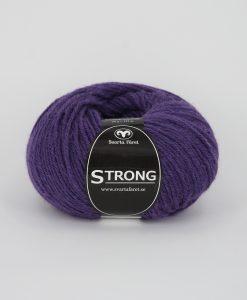 """Strong garn från Svarta Fåret är ett fantastiskt garn med färgen lila 63. 40% alpacka 40% ull 20% polyamid, startar upp höstsäsongen. Där du tillsammans med dina vänner, sticka virka en trevlig dag. Därför känns STRONGS garnerna otroligt mjuka och sköna vilket gör att dina kunder får inte bara får ett fantastiskt garn utan även ett riktigt """"gott garnkvaliteterna i vackra färger. Var med och gör skillnad!"""