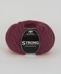 """Strong garn från Svarta Fåret är ett fantastiskt garn med färgen mörkröd 46. 40% alpacka 40% ull 20% polyamid, startar upp höstsäsongen. Där du tillsammans med dina vänner, sticka virka en trevlig dag. Därför känns STRONGS garnerna otroligt mjuka och sköna vilket gör att dina kunder får inte bara får ett fantastiskt garn utan även ett riktigt """"gott garnkvaliteterna i vackra färger. Var med och gör skillnad!"""