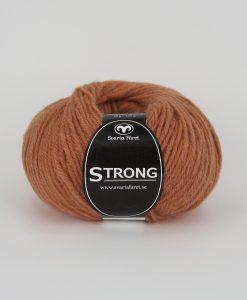 """Strong garn från Svarta Fåret är ett fantastiskt garn med färgen orange 35. 40% alpacka 40% ull 20% polyamid, startar upp höstsäsongen. Där du tillsammans med dina vänner, sticka virka en trevlig dag. Därför känns STRONGS garnerna otroligt mjuka och sköna vilket gör att dina kunder får inte bara får ett fantastiskt garn utan även ett riktigt """"gott garnkvaliteterna i vackra färger. Var med och gör skillnad!"""