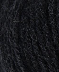 """Strong garn från Svarta Fåret är ett fantastiskt garn med färgen Svart 01. 40% alpacka 40% ull 20% polyamid, startar upp höstsäsongen. Där du tillsammans med dina vänner, sticka virka en trevlig dag. Därför känns STRONGS garnerna otroligt mjuka och sköna vilket gör att dina kunder får inte bara får ett fantastiskt garn utan även ett riktigt """"gott garnkvaliteterna i vackra färger. Var med och gör skillnad!"""