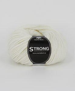 """Strong garn från Svarta Fåret är ett fantastiskt garn med färgen oblekt 05. 40% alpacka 40% ull 20% polyamid, startar upp höstsäsongen. Där du tillsammans med dina vänner, sticka virka en trevlig dag. Därför känns STRONGS garnerna otroligt mjuka och sköna vilket gör att dina kunder får inte bara får ett fantastiskt garn utan även ett riktigt """"gott garnkvaliteterna i vackra färger. Var med och gör skillnad"""