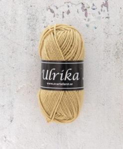 Garntorget Svarta Fåret Ulrika 100% Superwash Ull Ljus Oliv - 91. Garn Ulrika är ett klassiskt mjukt ullgarn från Svarta Fåret. Ulrika är superwashbehandlat, vilket innebär att du kan tvätta dina plagg i tvättmaskinen.Tjockleken är samma som Freja, vilket innebär att man kan välja om man vill sticka/virka samma mönster i ull eller akryl. Ulrika är ett mycket mjukt och fint ullgarn från Svarta Fåret. Garnet är superwashbehandlat, vilket innebär att du kan tvätta dina stickade plagg i tvättmaskinen (30 grader ullprogram). Till Ulrika finns flera fina stickmönster och du finner de mönster som vi har i sortimentet.Sticka, Virka, Kofta, Tröja, Damslipover, Barntröja, Babyjacka,Tunika, Barnkofta, Barnkofta, Mössa, Vantar, Pippitröja, Barnkofta, Mössa, Tumvantar, Fingervantar, Baby/Barntröja, Mössa, och Sockar.