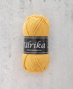 Garntorget Svarta Fåret Ulrika 100% Superwash Ull Havre - 93. Garn Ulrika är ett klassiskt mjukt ullgarn från Svarta Fåret. Ulrika är superwashbehandlat, vilket innebär att du kan tvätta dina plagg i tvättmaskinen.Tjockleken är samma som Freja, vilket innebär att man kan välja om man vill sticka/virka samma mönster i ull eller akryl. Ulrika är ett mycket mjukt och fint ullgarn från Svarta Fåret. Garnet är superwashbehandlat, vilket innebär att du kan tvätta dina stickade plagg i tvättmaskinen (30 grader ullprogram). Till Ulrika finns flera fina stickmönster och du finner de mönster som vi har i sortimentet.Sticka, Virka, Kofta, Tröja, Damslipover, Barntröja, Babyjacka,Tunika, Barnkofta, Barnkofta, Mössa, Vantar, Pippitröja, Barnkofta, Mössa, Tumvantar, Fingervantar, Baby/Barntröja, Mössa, och Sockar.