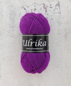 Garntorget Svarta Fåret Ulrika 100% Superwash Ull Lila - 95. Garn Ulrika är ett klassiskt mjukt ullgarn från Svarta Fåret. Ulrika är superwashbehandlat, vilket innebär att du kan tvätta dina plagg i tvättmaskinen.Tjockleken är samma som Freja, vilket innebär att man kan välja om man vill sticka/virka samma mönster i ull eller akryl. Ulrika är ett mycket mjukt och fint ullgarn från Svarta Fåret. Garnet är superwashbehandlat, vilket innebär att du kan tvätta dina stickade plagg i tvättmaskinen (30 grader ullprogram). Till Ulrika finns flera fina stickmönster och du finner de mönster som vi har i sortimentet.Sticka, Virka, Kofta, Tröja, Damslipover, Barntröja, Babyjacka,Tunika, Barnkofta, Barnkofta, Mössa, Vantar, Pippitröja, Barnkofta, Mössa, Tumvantar, Fingervantar, Baby/Barntröja, Mössa, och Sockar.