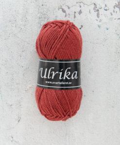 Garntorget Svarta Fåret Ulrika 100% Superwash Ull Koppar - 96. Garn Ulrika är ett klassiskt mjukt ullgarn från Svarta Fåret. Ulrika är superwashbehandlat, vilket innebär att du kan tvätta dina plagg i tvättmaskinen.Tjockleken är samma som Freja, vilket innebär att man kan välja om man vill sticka/virka samma mönster i ull eller akryl. Ulrika är ett mycket mjukt och fint ullgarn från Svarta Fåret. Garnet är superwashbehandlat, vilket innebär att du kan tvätta dina stickade plagg i tvättmaskinen (30 grader ullprogram). Till Ulrika finns flera fina stickmönster och du finner de mönster som vi har i sortimentet.Sticka, Virka, Kofta, Tröja, Damslipover, Barntröja, Babyjacka,Tunika, Barnkofta, Barnkofta, Mössa, Vantar, Pippitröja, Barnkofta, Mössa, Tumvantar, Fingervantar, Baby/Barntröja, Mössa, och Sockar.