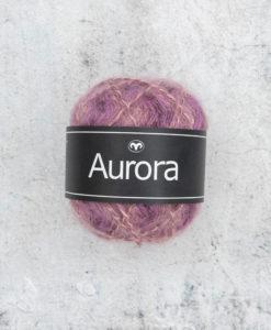 Vår nyhet för hösten! Det perfekta garnet Aurora Lavendelblom 01 Garntorget för fluffiga, mjuka plagg i lekfulla, trendiga färger som stickarna kommer att älska. Produktionsland Turkiet Visa oss gärna dina alster i våra garner genom att använda hashtag #svartafåret i sociala medier