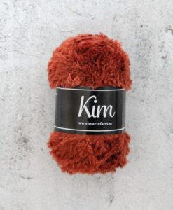 Kim Koppar - 91. Garntorget Kim är ett pälsliknande garn i en härlig blandning av 93% polyamid och 7% polyester garnet är fantastiskt mjukt. Och passar perfekt när du är ute efter en pälsliknande känsla i dina plagg. Kim är upplagt på 50 grams nystan om 70 meter, och stickfastheten 17 maskor på stickor nr 4.5 ger 10 cm. Plagg som stickas med Kim maskintvättas i 30 graders ullprogram. Med flera spännande färger att välja bland kan vi nästan lova att du hittar en kulör som passar ditt projekt.