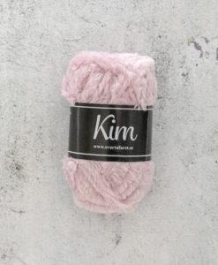 Kim Pastellrosa - 93. Garntorget Kim är ett pälsliknande garn i en härlig blandning av 93% polyamid och 7% polyester garnet är fantastiskt mjukt. Och passar perfekt när du är ute efter en pälsliknande känsla i dina plagg. Kim är upplagt på 50 grams nystan om 70 meter, och stickfastheten 17 maskor på stickor nr 4.5 ger 10 cm. Plagg som stickas med Kim maskintvättas i 30 graders ullprogram. Med flera spännande färger att välja bland kan vi nästan lova att du hittar en kulör som passar ditt projekt.