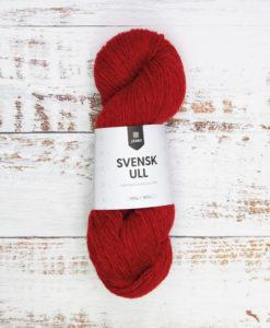 Äntligen Svensk 100% Ull! Falu Red 59011. Vi är stolta över att presentera ett vackert, rustikt ullgarn som lyfter den svenska ullens alla goda kvaliteter. Garnet är perfekt till tröjor, mössor, halsdukar och vantar – det värmer gott! Svensk Ull kommer i 16 nyanser, var och en utvald med stor omsorg och färgad på mellangrå ull som ger ett levande och unikt uttryck. Vi är säker på att du ska hitta dina favoriter i denna nya och spännande kvalitet! Svensk Ull spinns av Klippan Yllefabrik i deras spinneri i Riga.